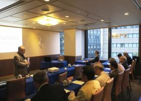 写真-2)第11回総会で挨拶する三島部長