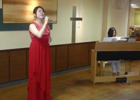 熱唱の渓さんとピアノの大川さん