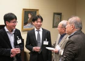 平沢教授と懇談する加藤・植村両氏