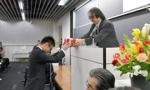 眞鍋君へ応用化学科褒賞と副賞の授与