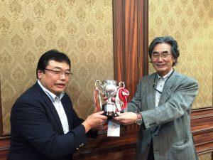 優勝カップを三浦会長から受け取る優勝者井村さん